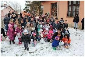 Ko deci bez roditelja donosi novogodišnje poklone?